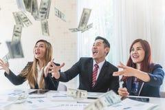 Affärslag som i regeringsställning kastar pengar för finansiellt framgångbegrepp för affär arkivbild