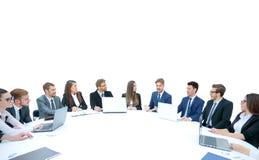 Affärslag som sitter på den runda tabellen för athe på vit bakgrund Royaltyfri Foto