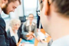 Affärslag som tillsammans arbetar i kontoret som har möte arkivfoto
