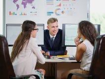 Affärslag som tillsammans arbetar på deras affärsprojekt på kontoret arkivbild