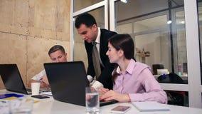 Affärslag som tillsammans arbetar på kontoret lager videofilmer