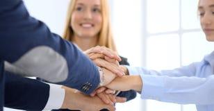 Affärslag som tillsammans visar enhet med deras händer Sammanfogande händer för grupp människor och föreställabegrepp av royaltyfria foton