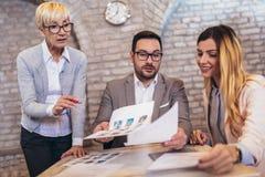 Affärslag som väljer kandidatståendefotoet för att hyra i jobb arkivbild