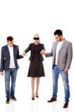 Affärslag-tvåmän som hjälper till den band för ögonen på kvinnan Royaltyfria Bilder