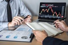 Affärslagdiskussion på möte till att planera investeringhandelprojekt och strategi av avtalet på en börs med partnern, arkivbild