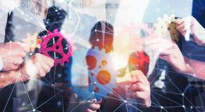 Affärslaget förbinder stycken av kugghjul Teamwork-, partnerskap- och integrationsbegrepp med nätverkseffekt double royaltyfri fotografi