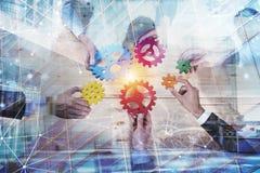 Affärslaget förbinder stycken av kugghjul Teamwork-, partnerskap- och integrationsbegrepp med nätverkseffekt double royaltyfri bild