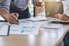 Affärslagkollegor som diskuterar funktionsduglig analys med financ arkivbilder