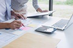 Affärslagsamarbete som diskuterar arbeta analys med finansiella data och marknadsföra tillväxtrapportgrafen i lag, möte fotografering för bildbyråer