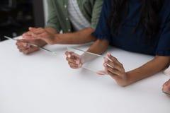 Affärsledare som använder den glass digitala minnestavlan Royaltyfri Bild