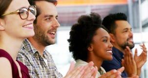 Affärsledare som applåderar under möte