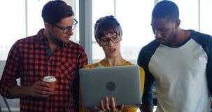 Affärsledare som diskuterar över bärbara datorn arkivfilmer