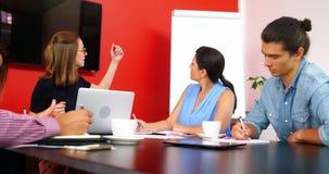 Affärsledare som diskuterar under möte lager videofilmer