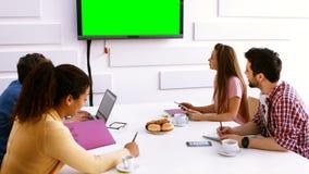 Affärsledare som gör en videokonferens arkivfilmer