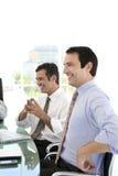 Affärsledare som har gyckel på ett möte Arkivbild
