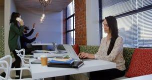 Affärsledare som i regeringsställning arbetar kafeterian 4k arkivfilmer