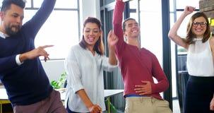 Affärsledare som i regeringsställning dansar lager videofilmer