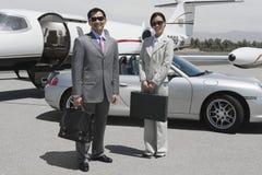 Affärsledare som tillsammans står på flygfältet Arkivbild
