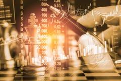 Affärslek på den finansiella digitala aktiemarknaden och schackbackgr Arkivbilder