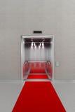 Öppna hissen med rött mattar royaltyfri illustrationer
