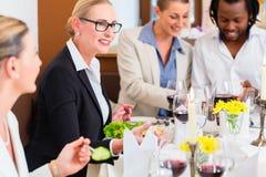 Affärslunch i restaurang med mat och vin Royaltyfri Foto