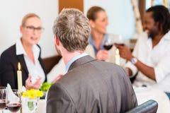 Affärslunch i restaurang med mat och vin royaltyfria foton