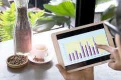 Affärsmän analyserar omsättningen arkivfoton