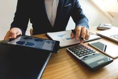 Affärsmän beräknar inkomsten från exportaffären på royaltyfri fotografi