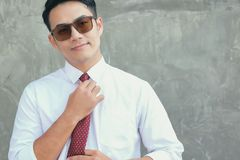 Affärsmän dekorerar en röd slips på dagen av hans första arkivfoto