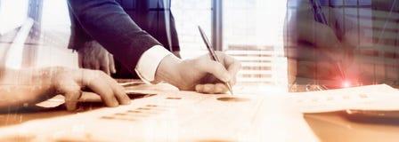 Affärsmän diskuterar affär Affärsmän undertecknar ett avtal royaltyfri foto