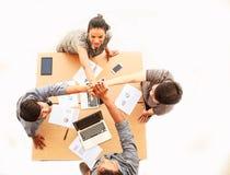 Affärsmän för bästa sikt och affärskvinnaanseende och höga fem händer över tabellen i mötet, kopieringsutrymme på isolerad vit ba royaltyfria foton
