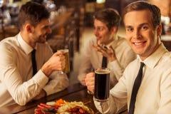 Affärsmän i bar royaltyfria foton