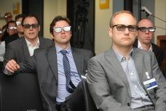 Affärsmän med exponeringsglas 3d på utställning- och handelshowen Arkivfoto