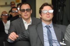 Affärsmän med exponeringsglas 3d på utställning- och handelshowen Royaltyfri Foto