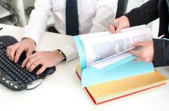 Affärsmän och en kollega som tillsammans arbetar Arkivfoton