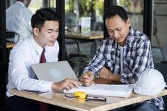 Affärsmän och teknikerer talade arkivfoton