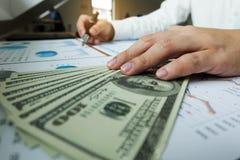 Affärsmän pekar nummer, graph, kartlägger i affärsresul arkivfoto