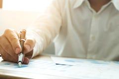 Affärsmän pekar nummer, graph, kartlägger i affärsresultat äganderätt för home tangent för affärsidé som guld- ner skyen till royaltyfri foto