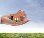 Affärsmän skyddar ditt hus Arkivbilder