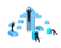 Affärsmän som bygger buntkvarter i övre form för pil Royaltyfri Bild