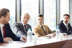 Affärsmän som diskuterar företagsutveckling fotografering för bildbyråer