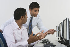 Affärsmän som diskuterar i datorlabb Royaltyfri Fotografi