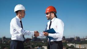 Affärsmän som diskuterar och gör avtal lager videofilmer