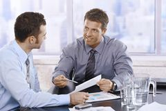 Affärsmän som diskuterar rapport Arkivfoton