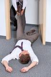 Affärsmän som drar kollegas ben på kontoret Royaltyfria Foton