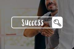 Affärsmän som i regeringsställning skakar framgång för händer - arkivfoto