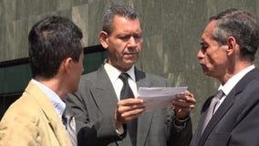 Affärsmän som läser viktiga dokument Royaltyfri Bild