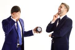 Affärsmän som missförstår om tajming Män i klassiska dräkter royaltyfri bild