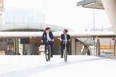 Affärsmän som rider cyklar royaltyfri fotografi