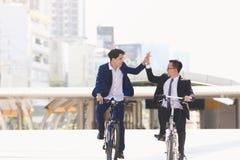 Affärsmän som rider cyklar royaltyfri foto